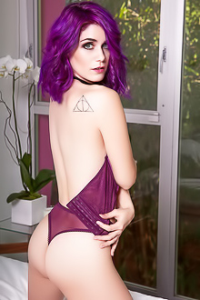 Purple-haired beauty Lo